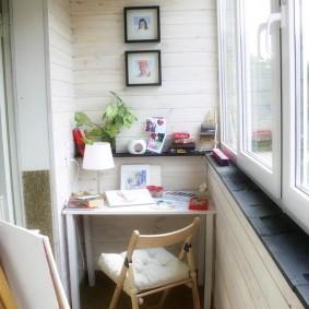 Рабочее место школьника на балконе однокомнатной квартиры