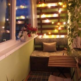 Гирлянда на стене благоустроенного балкона