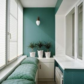 Зеленые подушки на узком балконе