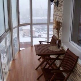 Панорамный балкон с деревянным полом