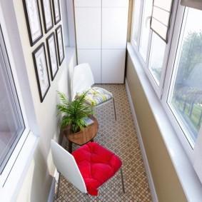 Кухонные стульчики на балконе девятиэтажного дома