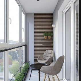 Высокие окна на балконе небольшой площади