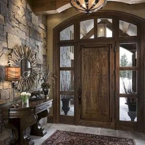 Деревянные двери в прихожей кантри