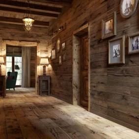 Коридор частного дома с деревянной отделкой
