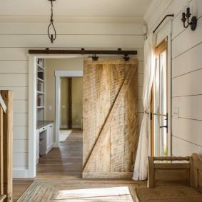 Сдвижная дверь в прихожей стиля кантри