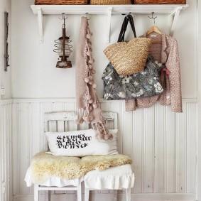 Простая вешалка для одежды в прихожей