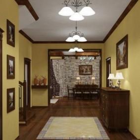 Белый потолок с деревянным плинтусом