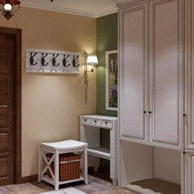 Простая мебель в коридоре кантри стиля