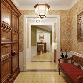Бумажные обои на стене коридора