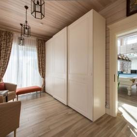 Вместительный шкаф в прихожей частного дома