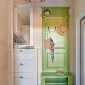 Салатовая мебель в уютной прихожей