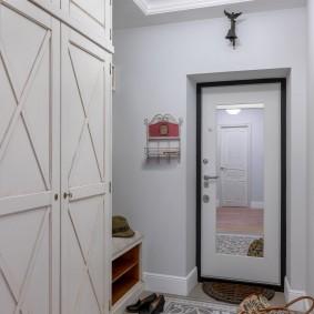 Красивый коврик в прихожей двухкомнатной квартиры