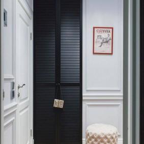 Черный шкаф в белой прихожей