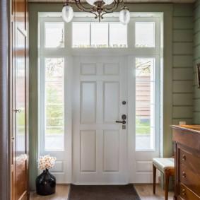 Входная дверь в холле классического стиля