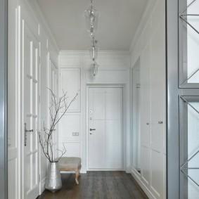 Ламинированный пол в коридоре с белыми стенами