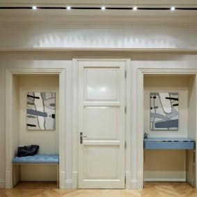 Симметричное расположение мебели в классической прихожей