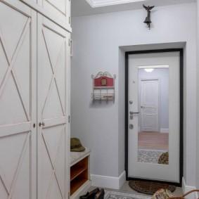 Прямоугольное зеркало на входной двери