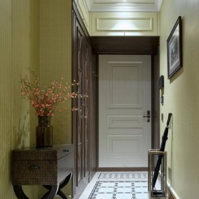 Узкий коридор перед входной дверью