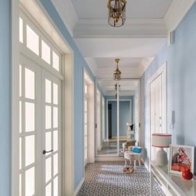 Длинный коридор с голубыми стенами