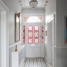 Входная дверь с витражными вставками