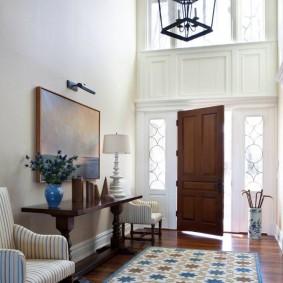 Холл частного дома с высокими потолками