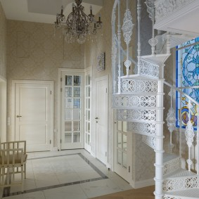 Кованная лестница в красивой прихожей