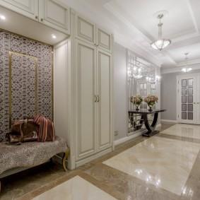 Дизайн классической прихожей с мебелью светлого тона