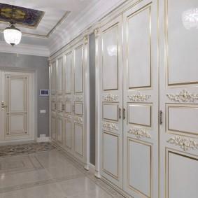 Встроенные шкафы в стиле классика