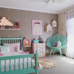 Бирюзовая кровать в девчачьей комнате