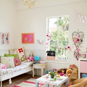 Комната с высоким потолком для девочки дошкольницы