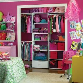 Гардероб девочки школьного возраста в стене комнаты