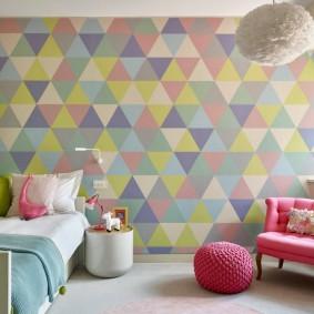 Разноцветные треугольники на обоях в девчачьей спальне