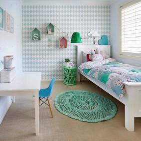 Небольшой коврик перед детской кроватью