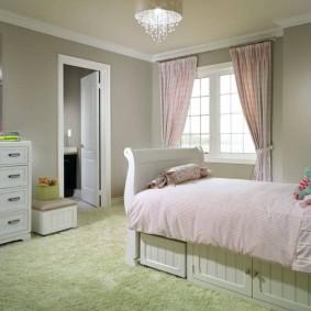 Зеленое покрытие на полу спальни