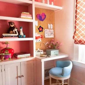 Белый стеллаж около розовой стены