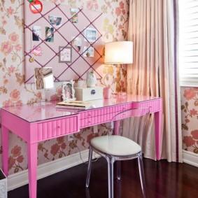 Туалетный столик розового цвета