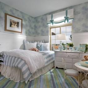 Полосатый ковер в спальне девочки-школьницы