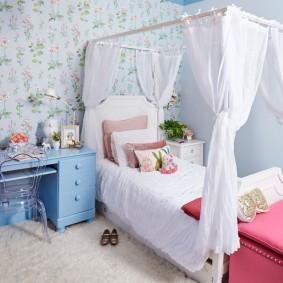 Письменный стол голубого цвета