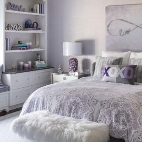 Широкая кровать в спальне подростка