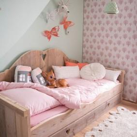 Деревянная кровать из сосновых досок