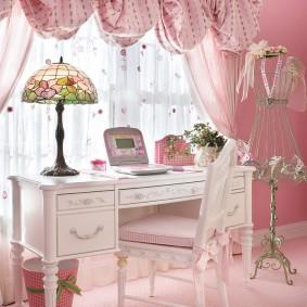Белый столик перед окном спальни