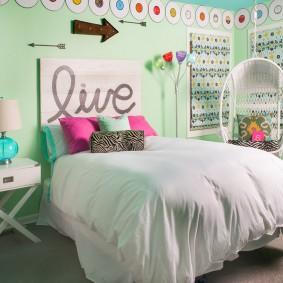 Светло-зеленые стены в уютной спальне