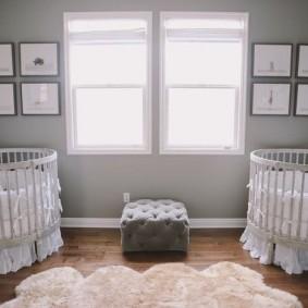 Серая стена в спальне двоих малышей