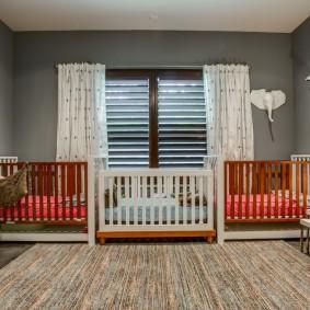 Белые шторы в комнате двоих деток