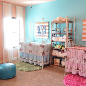 Кроватки разного цвета в спальне двойняшек