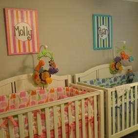 Кроватки в небольшой спальне для младенцев