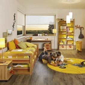 Желтый коврик на полу комнаты мальчиков