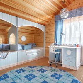 Деревянный потолок в мансардной комнате