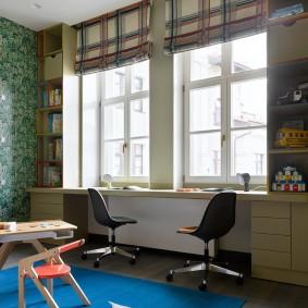 Письменный стол вместо подоконника в комнате подростков