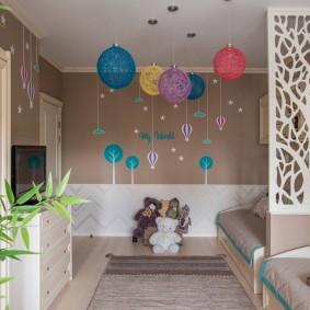 Воздушные шары под потолком детской комнаты